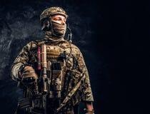 看伪装的制服的现代特种部队战士斜向一边 r 库存图片