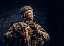 看伪装的制服的现代特种部队战士斜向一边 r 免版税库存照片