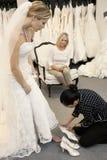 看作为女性雇员的母亲协助鞋类的年轻女儿 免版税库存照片