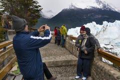 看佩里托莫雷诺冰川的游人在Los Glaciares国家公园,巴塔哥尼亚地区,阿根廷 免版税图库摄影