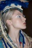 看侧视图时装模特儿佩带的头饰  免版税库存照片