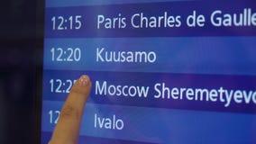 看信息委员会的妇女在机场 股票视频