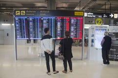 看信息的泰国人上检验飞行乘客ar 库存照片