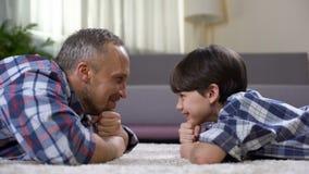 看儿子的愉快的父亲,一起花费时间在周末上,父权 股票录像