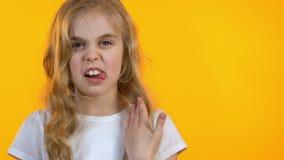 看充满憎恶的情感女孩照相机,怏怏不乐对于产品的质量 股票视频