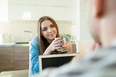 看充满爱的微笑的妇女丈夫 免版税库存照片