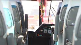 看公共汽车的通过挡风玻璃 影视素材