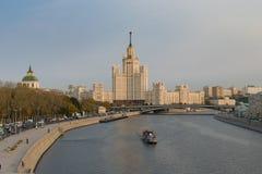 看公园Zaryadye斯大林主义摩天大楼  免版税库存照片