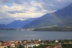 看关于Gravedona到科利科在有一条色的彩虹的科莫湖在阳光下 图库摄影