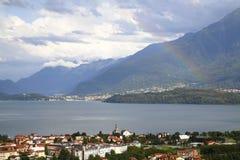 看关于Gravedona到科利科在有一条色的彩虹的科莫湖在阳光下 库存照片