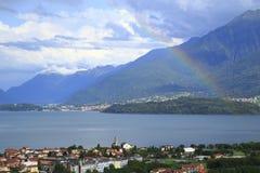 看关于Gravedona到科利科在有一条色的彩虹的科莫湖在阳光下 免版税库存图片