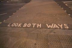 看写在街道的两个方式 库存图片
