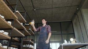 看到手工制造花瓶的男性陶瓷工在瓦器的上班期间 股票视频