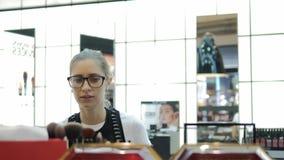 看化妆用品的少女在商店 影视素材