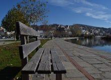 看卡斯托里亚希腊的湖长凳 图库摄影
