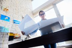 看印刷品和选择图片的专业摄影师 免版税库存图片