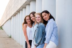 看友好照相机,微笑的四个femle朋友画象,愉快 人们,生活方式,友谊概念 图库摄影