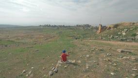 看古城希拉波利斯的废墟孩子在棉花堡,土耳其 股票视频