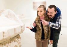 看古老浅浮雕的父亲和女儿在博物馆 免版税库存图片