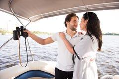 看可爱彼此的男人和妇女在游艇 库存图片