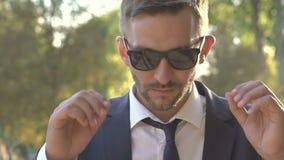 看可爱的人的画象去除他的太阳镜和直接 迟缓地 股票视频