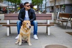 看同一边的人和狗 免版税图库摄影