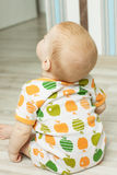 看后面的观点的婴孩坐直和 免版税库存图片