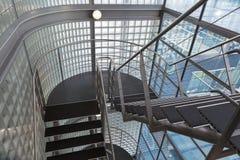 看向下在一个现代大厦的一个开放楼梯间 免版税库存图片