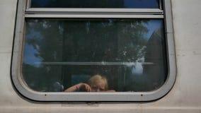 看和挥动从火车窗口的女孩 股票录像