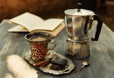 看咖啡的图片Instagram和moka罐 免版税库存照片
