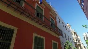 看哈瓦那古巴狭窄街道的阳台 影视素材