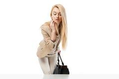 看商店窗口的年轻激动的妇女 免版税库存图片