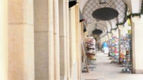 看商店陈列室的夫妇在城市 股票录像