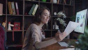 看图和图在屏幕上的成功的女商人 股票录像