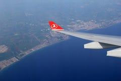 看土耳其空气喷气式飞机窗口,在伊斯坦布尔,土耳其, 2016年 免版税库存图片