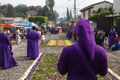 看圣Bartolome在1a Avenida的de Becerra的队伍紫色着长袍的人与街道有很多香火烟 库存图片