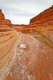 看在一个干河床峡谷下 库存图片