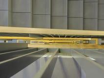 看在一个新的大厦的内部楼梯下 免版税库存图片