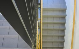 看在一个新的大厦的内部楼梯下 免版税库存照片