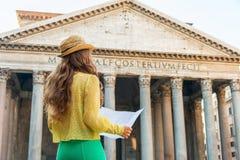 看在万神殿前面的妇女地图在罗马 图库摄影