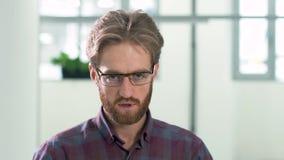 看在与悲伤和愤怒关闭的照相机的有胡子的人画象 股票录像
