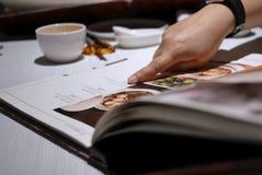 看在中国餐馆里面的人的行动菜单 库存照片