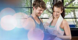 看在健身房的年轻人适合的人民剪贴板 库存图片