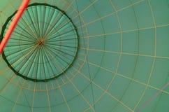 看在准备好绿色纹理的气球里面飞行 库存图片