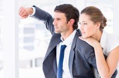 看在办公室的聪明地穿戴的企业夫妇 免版税图库摄影