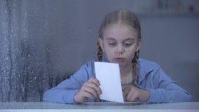 看在多雨窗口,孤儿儿童缺掉父母后的女孩照片 股票视频