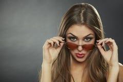调情的妇女佩带的太阳镜 免版税库存照片