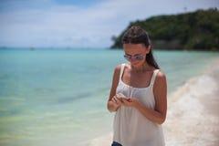 看在她的海滩的年轻美丽的妇女 图库摄影