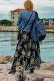 看在她的肩膀的妇女的图片海滩 库存照片