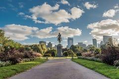看在对华盛顿雕象的走道下在波士顿公众加尔德角 库存照片